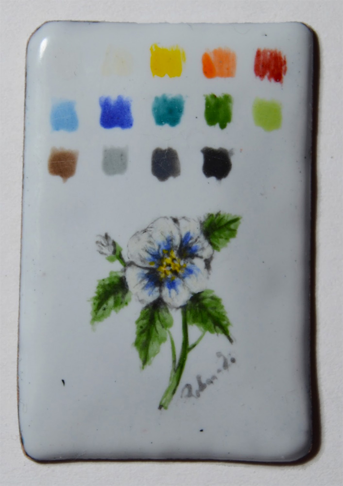 Figure 3: Palette and enamel miniature on Foundation White 7312 WGB. One layer of enamel for the palette, three thin layers for the flower. Fired three time at 800 ◦C